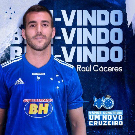 Raúl Cáceres posa con la camiseta de Cruzeiro.