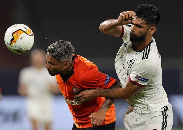 Omar Alderete marca a un jugador delShakhtar.