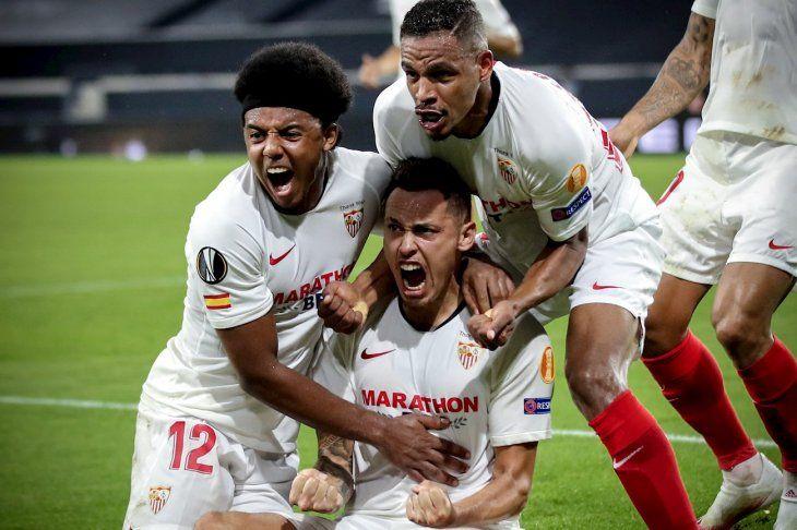 Jugadores del Sevilla celebran un gol contra el Wolverhampton.