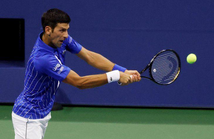 Novak Djokovic devuelve la bola durante un partido.