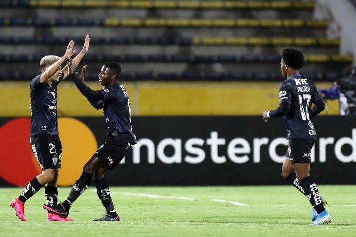 Jugadores del Independiente del Valle celebran un gol.
