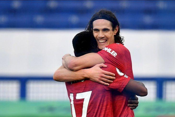 Edinson Cavani celebra un gol con su compañero.