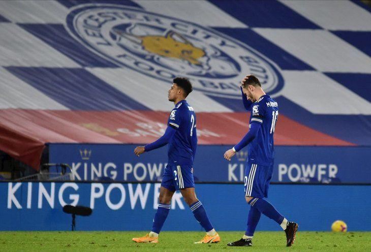 Jugadores del Leicester se retiran tras derrota conFulham.