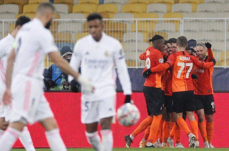 Jugadores delShakhtar celebran un gol contra el Madrid.