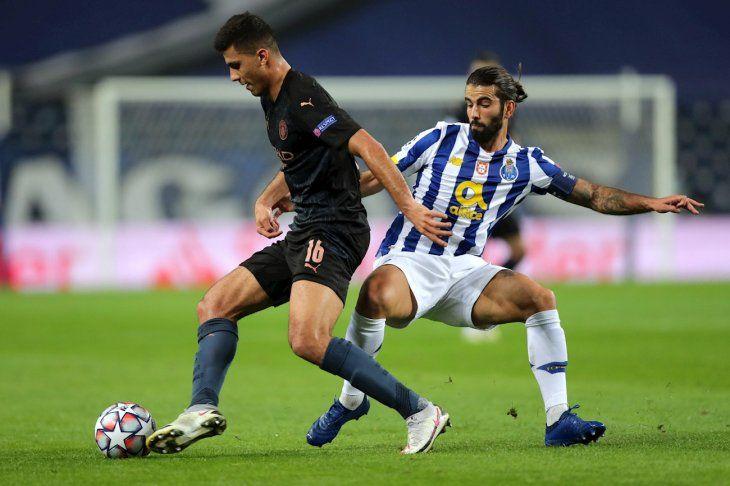 Jugadores del Porto y City se disputan el balón.