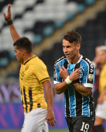 Ferreira celebra el gol de Gremio ante Guaraní.