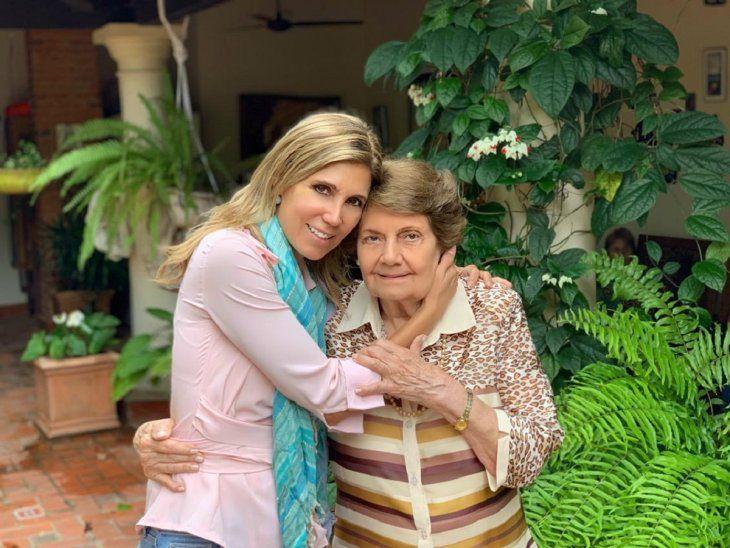 Tierna postal. Sanie y su mami, doña Yolanda Garelli.