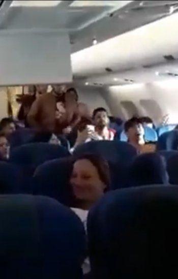 Paiko y Acho Laterza pusieron onda a un vuelo con dificultades para aterrizar