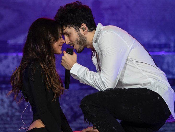 Románticos en el escenario. Tini Stoessel y Sebastián Yatra.