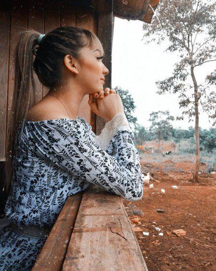 La cantante mirando desde su ventana favorita.