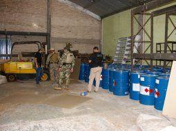 Llama la atención que los tambores de productos químicos  encontrados son idénticos a los 13.000 litros de precursores incautados  por la Policía Nacional este miércoles en el Chaco.