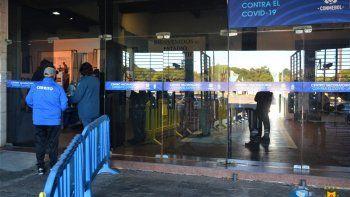 Las plantillas de los equipos de la Primera División del fútbol masculino y femenino, árbitros, funcionarios de la Asociación Uruguaya de Fútbol (AUF), del Complejo de Alto Rendimiento, de la selección nacional y personal de recaudación serán inmunizados contra el Covid-19.