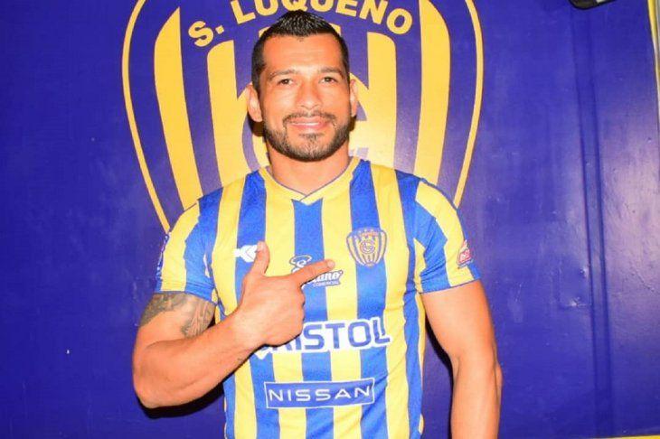 Miguel Samudio con la camiseta de Luqueño.