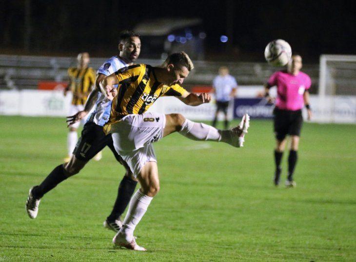 Jugadores de Guaireña y Guaraní se disputan el balón.