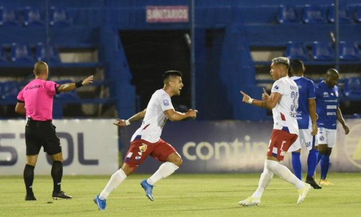 Jugadores de Nacional celebran un gol ante Sol.