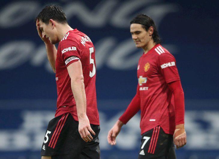 Harry Maguire y Edinson Cavani se lamentan en un partido del United.