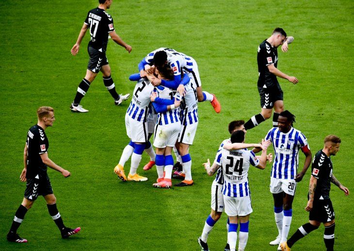 Jugadores del Hertha Berlín celebran un gol.