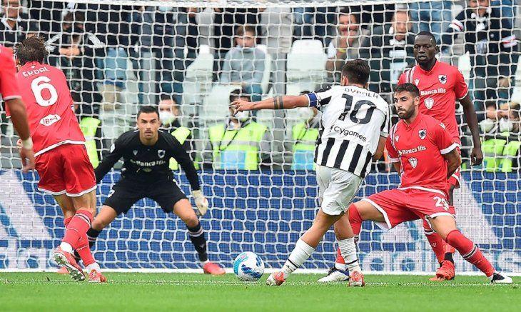 Paulo Dybala remata a gol ante la Sampdoria.