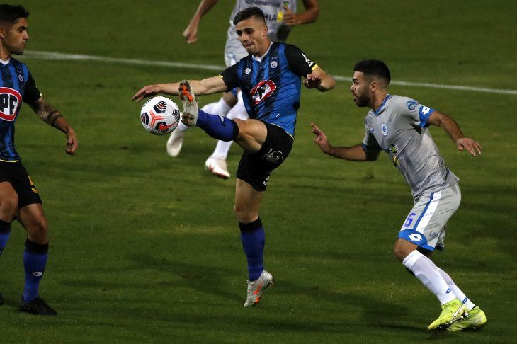 Jugadores de 12 de Octubre y Huachipato se disputan el balón.