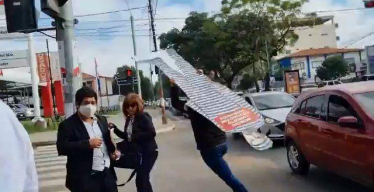Momento en que un supuesto funcionario municipal se lleva corriendo el corpóreo del intendente de la Municipalidad de Asunción