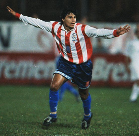 1ª alegría. Paraguay venció a Uruguay de visita (rumbo aFrancia 98) por 1ª vez en Eliminatorias el 2 de junio de1996. Fue 0-2. F. Arce y Aristides Rojas (foto) anotaron.