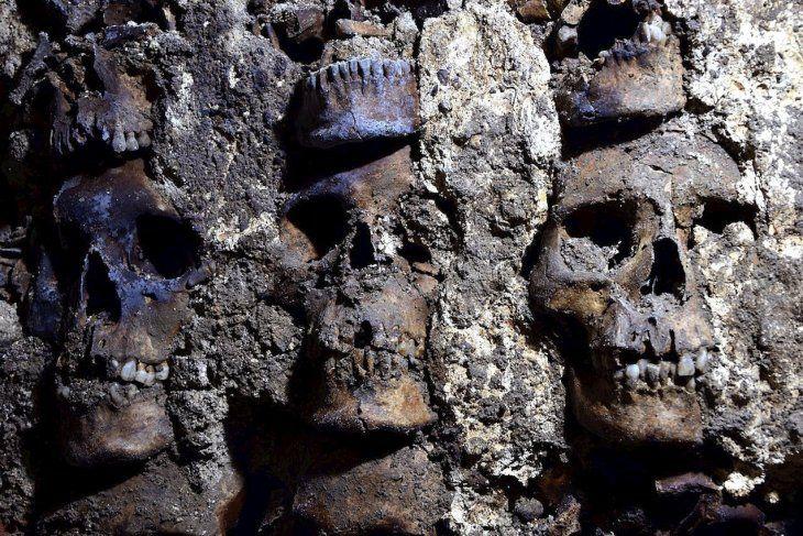 Arqueólogos mexicanos localizaron en el centro de la Ciudad de México el  extremo este y la fachada externa del Huei Tzompantli