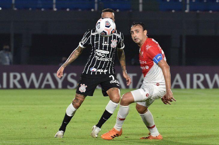 Osmar Molinas disputa el balón en el juego en el Defensores del Chaco.