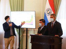 El presidente Mario Abdo Benítez (d) encabezó una conferencia este lunes acompañado del ministro de Salud, Julio Borba (c), y el director de Vigilancia de la Salud, Guillermo Sequera (i).