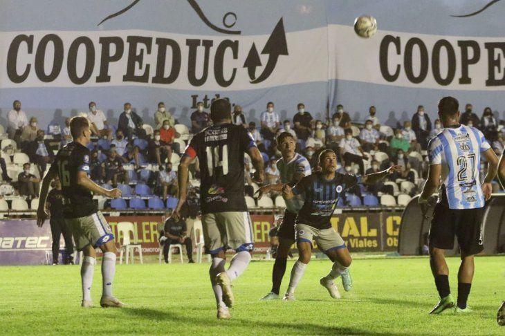 Jugadores de Guaireña y 12 de Octubre se disputan el balón.