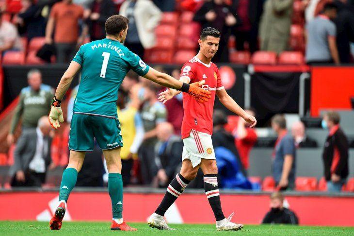 Emiliano Martínez saluda a Cristiano Ronaldo.