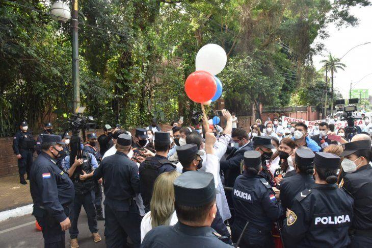 Una gran cantidad de efectivos de la Policía Nacional impidieron el paso a los médicos sobre la avenida Mariscal López.