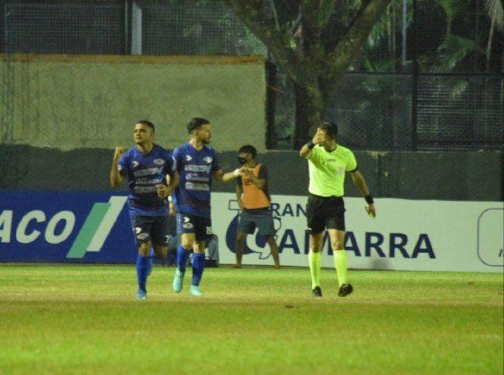 Marcelo Ferreira celebra un gol del Inde.