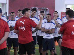 Charla técnica. El adiestrador Eduardo Berizzo repasó conceptos teóricos con el grupo de jugadores de cara al juego frente a Brasil del martes en el Defensores.