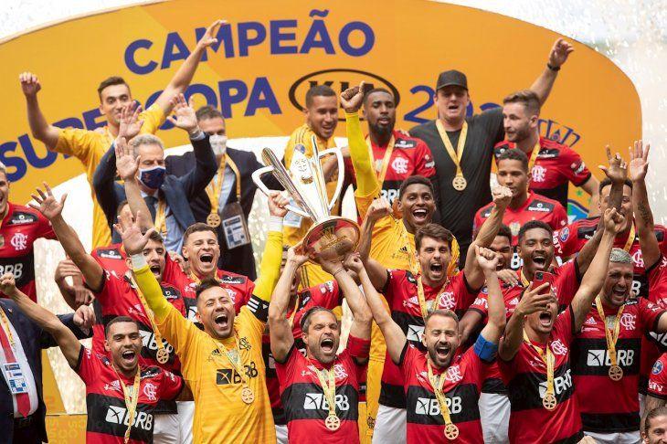 Jugadores del Flamengo levantan el trofeo de la Supercopa.