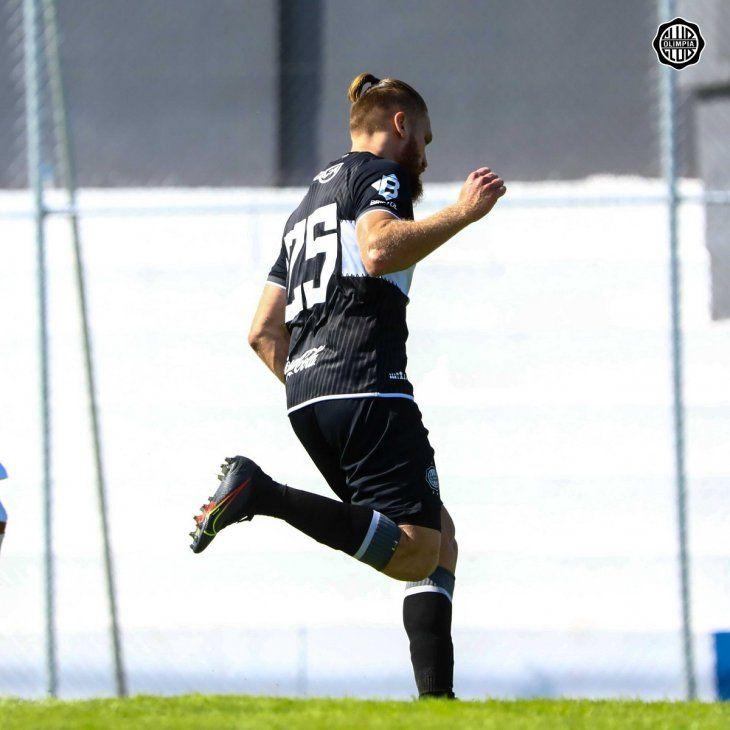 Isidro Pitta celebra un gol de Olimpia.
