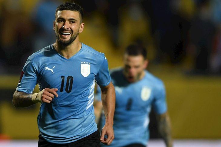 Giorgian de Arrascaeta de Uruguay celebra tras anotar contra Bolivia.