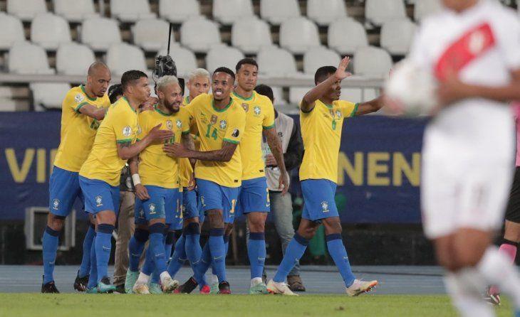 Jugadores de Brasil felicitan a Neymar tras anotar un gol durante un partido por el grupo B de la Copa América.