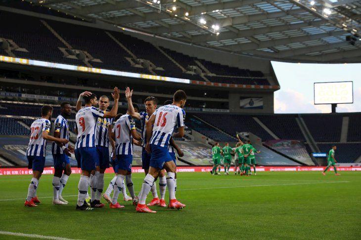 Jugadores del Porto celebran un gol ante Farense.