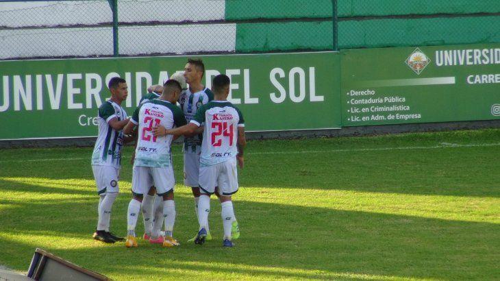 Jugadores de Rubio Ñu celebran un gol ante Independiente.