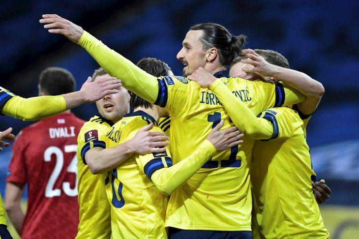 Zlatan Ibrahimovic (C) celebra con sus compañeros.