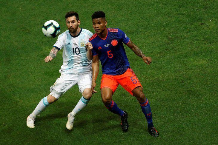 Lionel Messi de Argentina y Wilmar Barrios de Colombia disputan un balón.