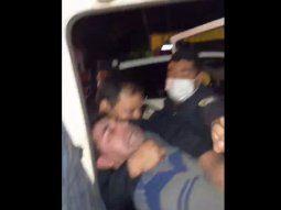Un ciudadano hizo una denuncia a través de sus redes sociales y expuso que agentes de la Comisaría 55ª Vista Alegre de Ñemby actuaron con mucha violencia y lo detuvieron por varias horas en compañía de su familia.