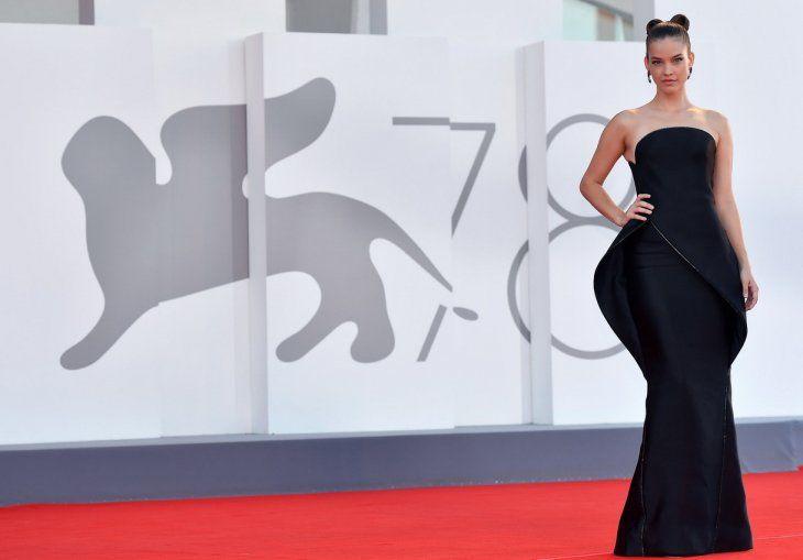 Atemporal. Barbara Palvin con su vestido negro de escote palabra de honor con falda de tubo y relieve estructural. Llevó el pelo recogido