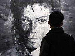 Un visitante observa las obras del artista chino Yan Pei-Ming en las que aparece Michael Jackson en el Grand Palais de París (Francia) el 21 de noviembre de 2018.