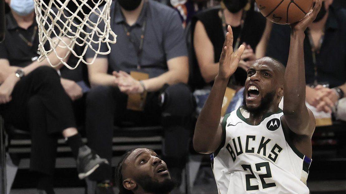 El alero de los Milwaukee Bucks