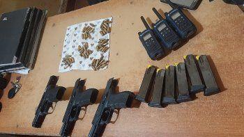 Del poder de los hombres fueron incautadas tres pistolas calibre 9 milímetros, con sus respectivos cargadores y varios cartuchos sin percutir, además de tres radios tipo walkie, todos propiedad de la citada empresa.