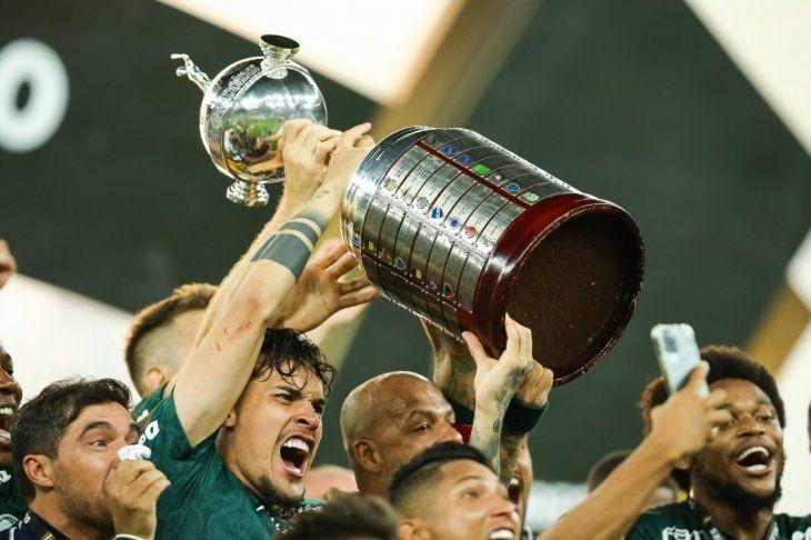 Gustavo Gómez levanta la Copa Libertadores 2020. Palmeiras fue el campeón.
