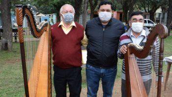 Los arpistas Carmelo Carmeli Otazú, quien lleva 48 años ejecutando el arpa, y Alejo Pedrozo, quien tiene 36 años de ejecutar el instrumento, fueron homenajeados en la ciudad de San Juan Bautista.