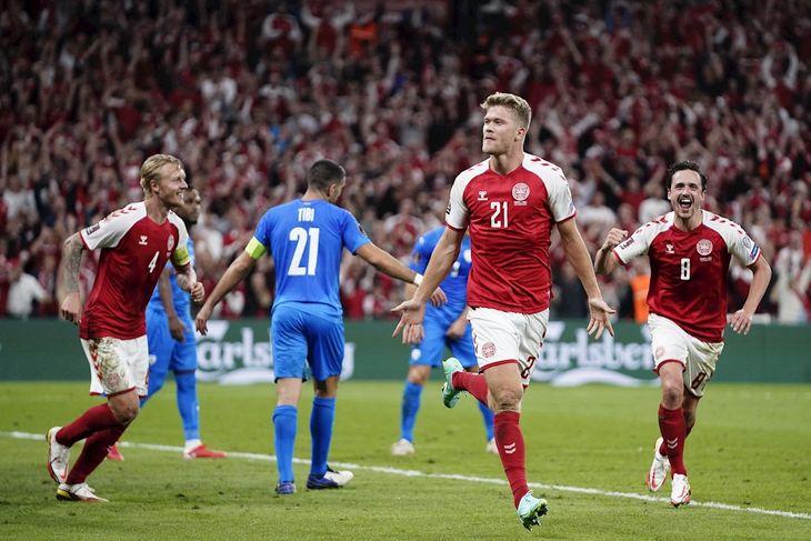 Andreas Cornelius (C) celebra un gol de Dinamarca.