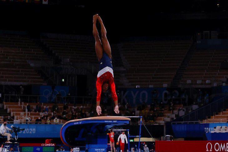 La estadounidense Simone Biles compite en la final de salto femenino de gimnasia artística en los Juegos Olímpicos de Tokio.